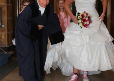 Babs Anke Minnee bewondert de roze sneakers van de bruid