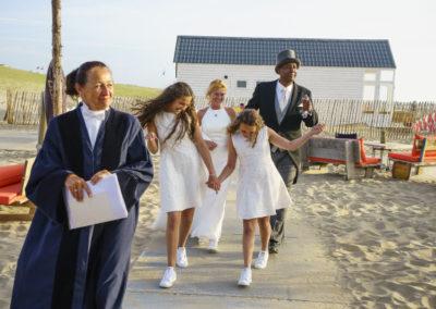 Babs Anke minnee begeleidt stralend bruidpaar op het Katwijkse strand