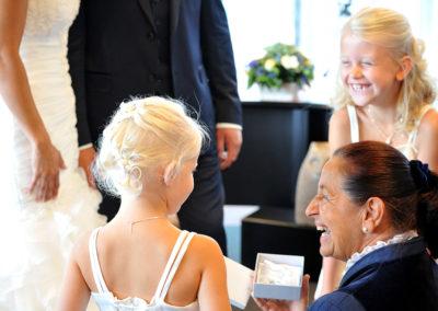 Schaterende bruidskinderen bij Babs Anke Minnee